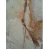 Глубокий рисунок слябов оникса пронизывающий всю толщу камня, просматривается сквозь его льдистую структуру.