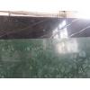 Светлые тона и глянец мрамора визуально добавят пространства и света