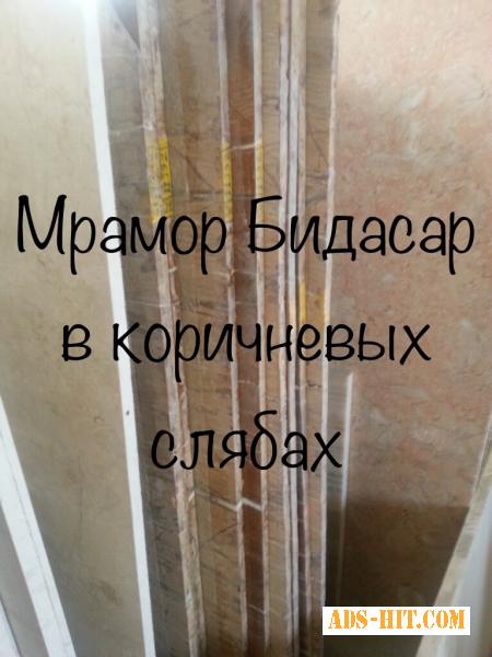 В интерьере гостиной мрамор используется в оформлении каминов, стен и произведений искусства