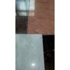 Мрамор очень любит прозрачное окружение – это давно не секрет. Хрусталь и стекло сделают его визуально легче, не таким холодны