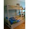 Двухярусная кровать из двухспальным нижним уровнем.